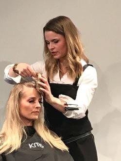 Bilde av frisøren Ann Marit Aamodt som holder kurs